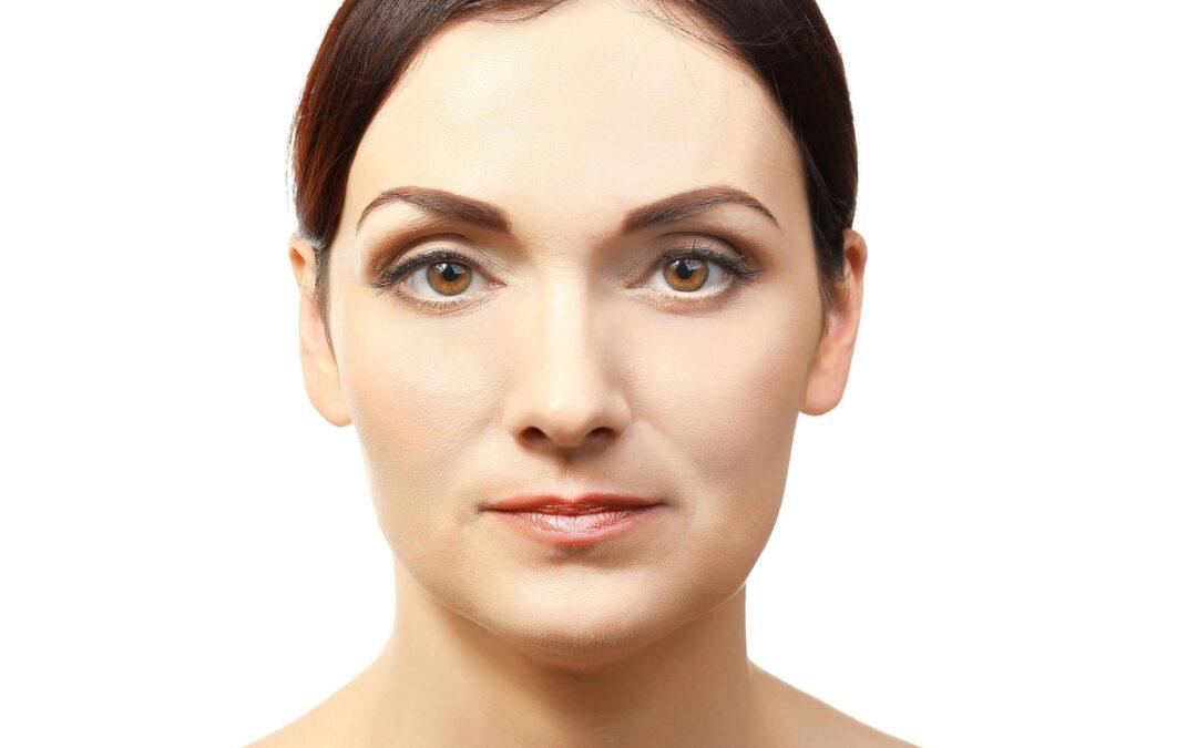 femeie matura dupa finalizarea procedurilor de rejuvenare faciala